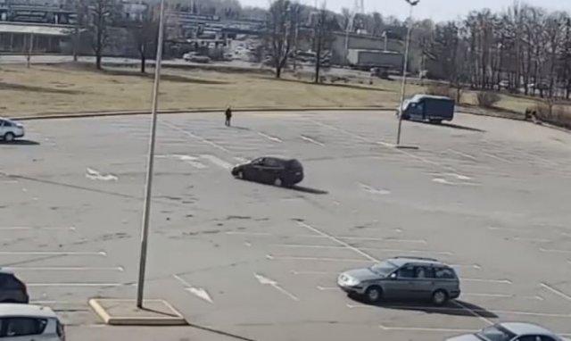 """""""Мастер"""" дрифта устроил аварию на пустой парковке"""