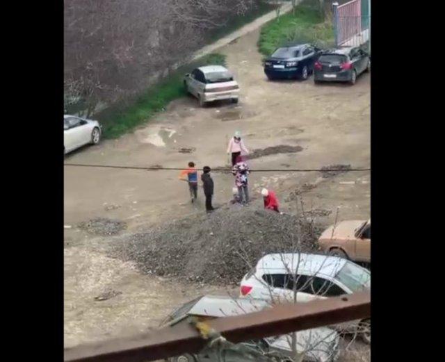 В Феодосии дети сами отремонтировали яму на дороге