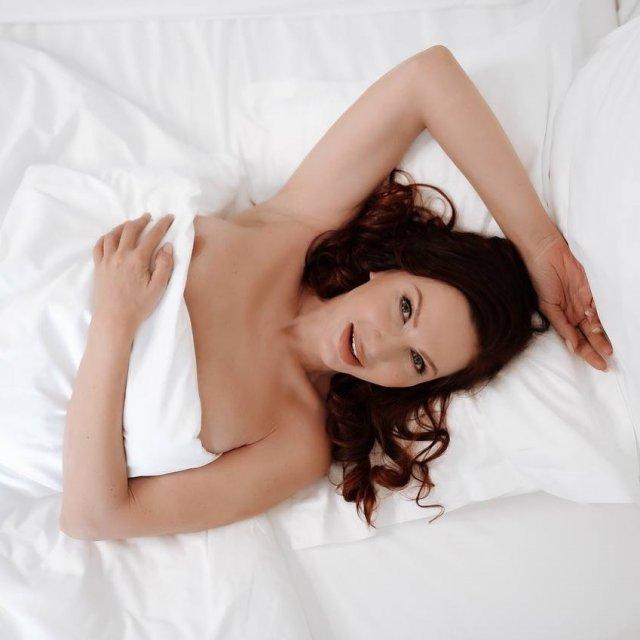 Эвелина Бледанс голая лежит на кровти