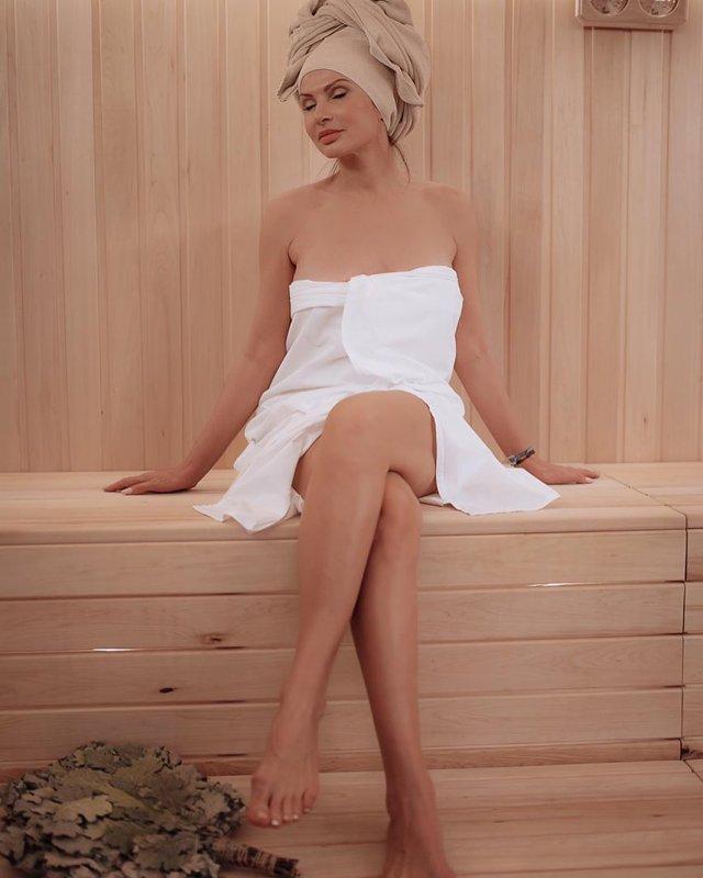 Эвелина Бледанс в белом полотенце