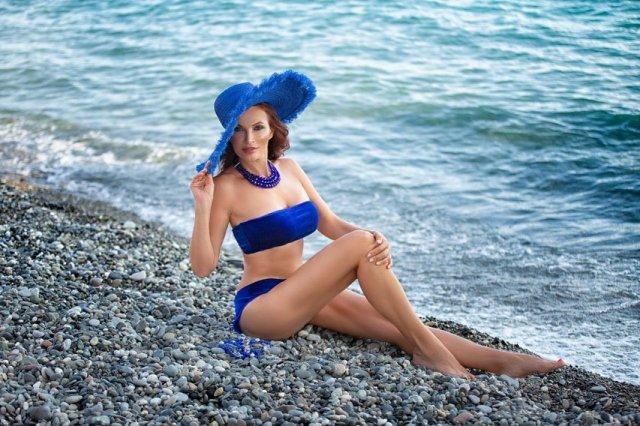 Эвелина Бледанс в синем купальнике