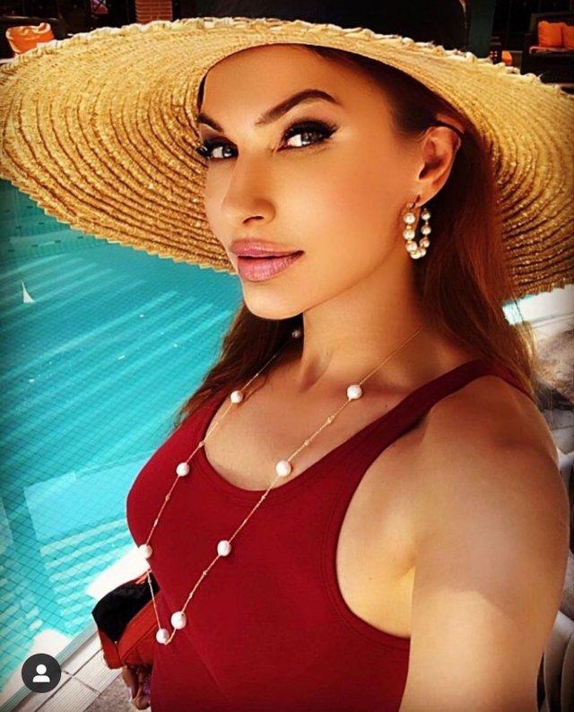 Эвелина Бледанс в красном купальнике