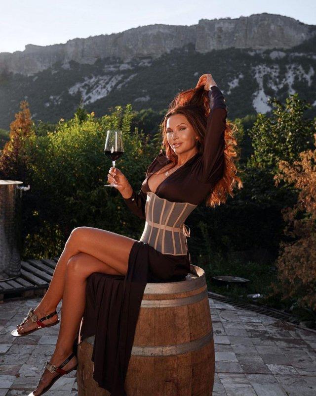 Эвелина Бледанс в черном платье