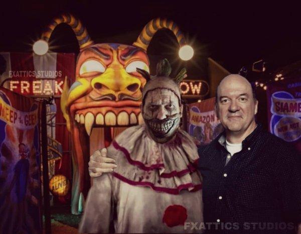 Джон Кэрролл Линч в обнимку со своим персонажем клоуном Твисти из «Американской истории ужасов»