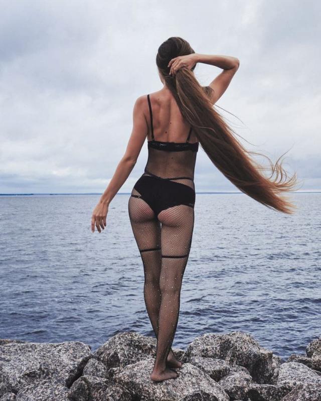 Татьяна Гордикова на фоне моря