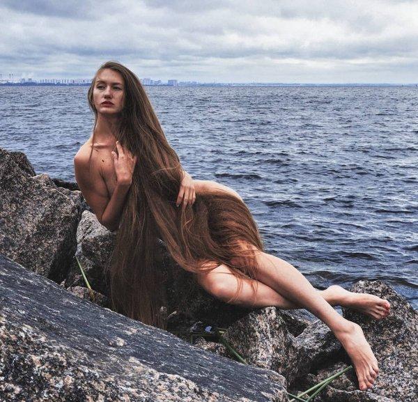 Татьяна Гордикова лежит на камне