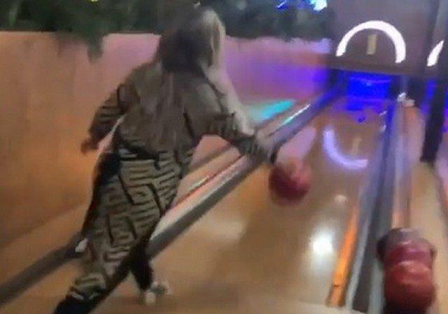 Девушка почти выбила страйк в боулинге