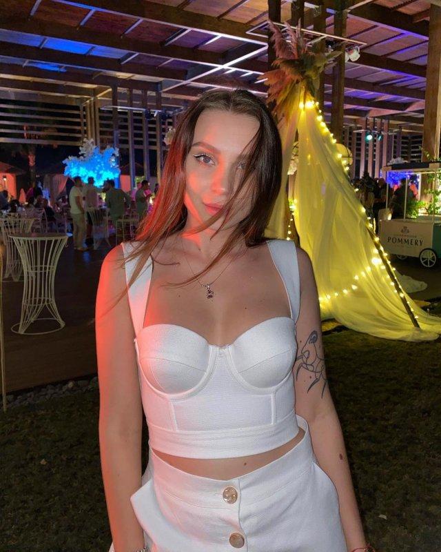 Юлия Годунова - девушка блогера Влад Бумага в белом топе