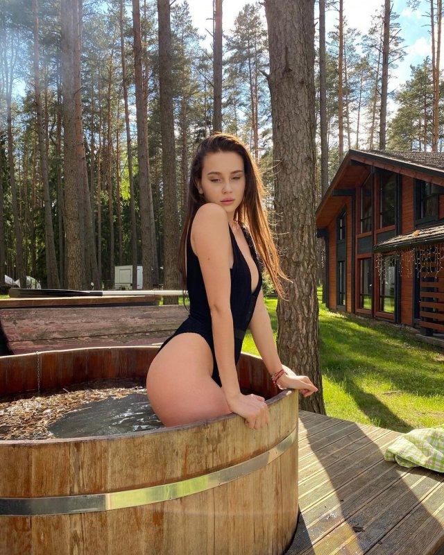 Юлия Годунова - девушка блогера Влад Бумага в черном купальнике