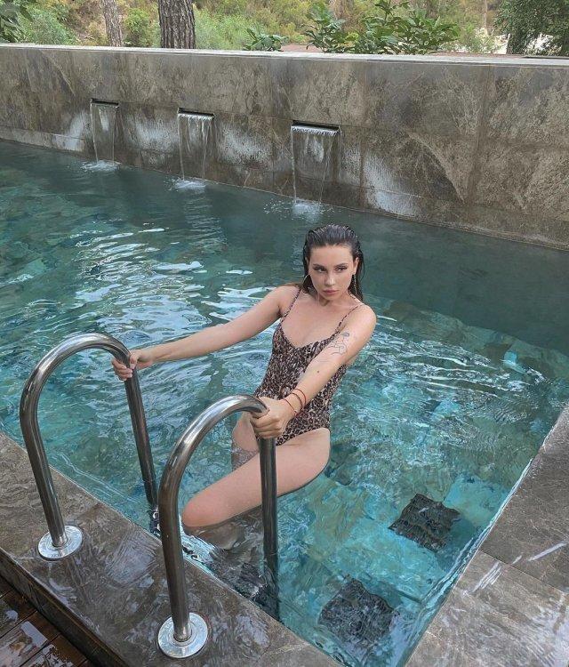 Юлия Годунова - девушка блогера Влад Бумага в леопардовом купальнике в бассейне