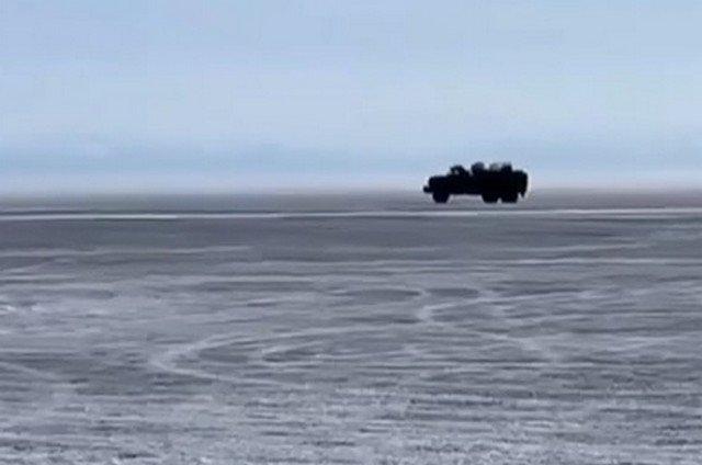 Грузовик на Байкале провалился под лед