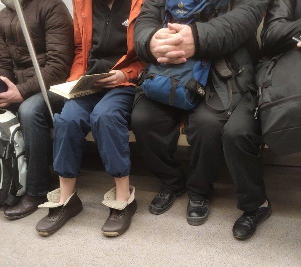 девушка в обуви без шнурков