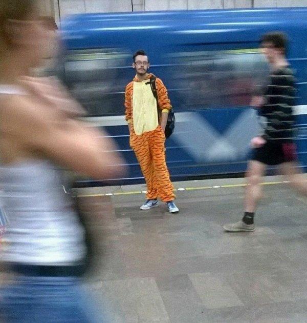 парень в костюме тигра