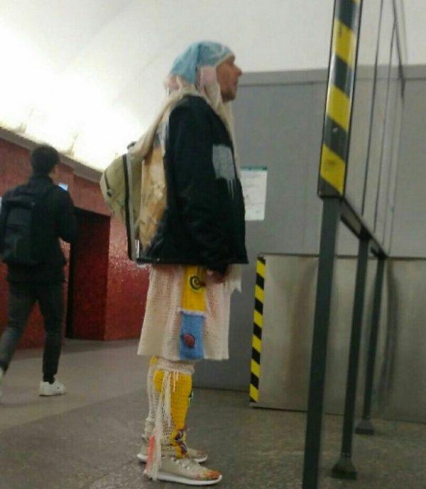 мужчина в вязаной одежде