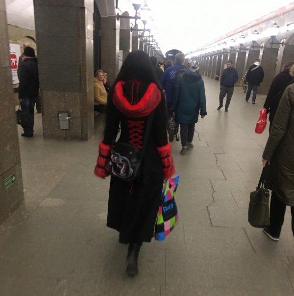 девушка в черно-красном пальто