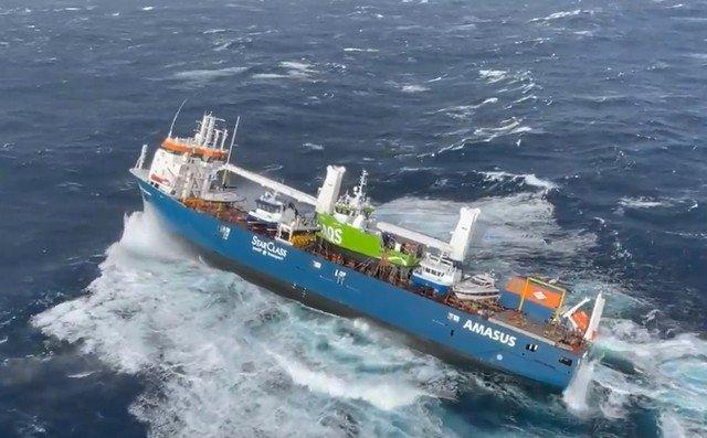 Судно Eemslift Hendrika с 12 людьми и нефтью на борту потеряло ход у берегов Норвегии