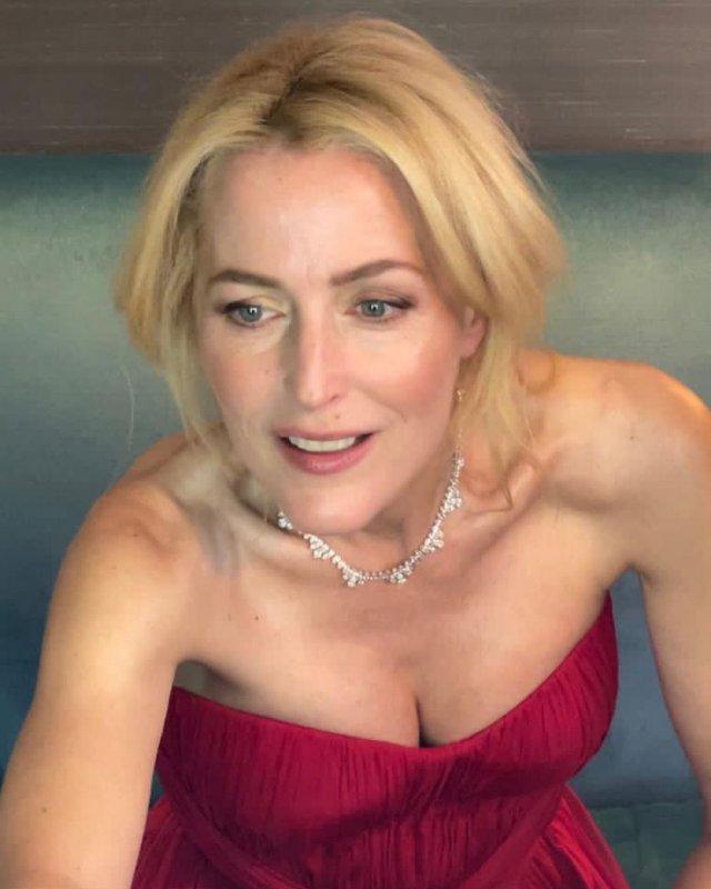 """Джиллиан Андерсон, звезда сериала """"Секретные материалы"""" в красном платье с бриллиантами на шее"""