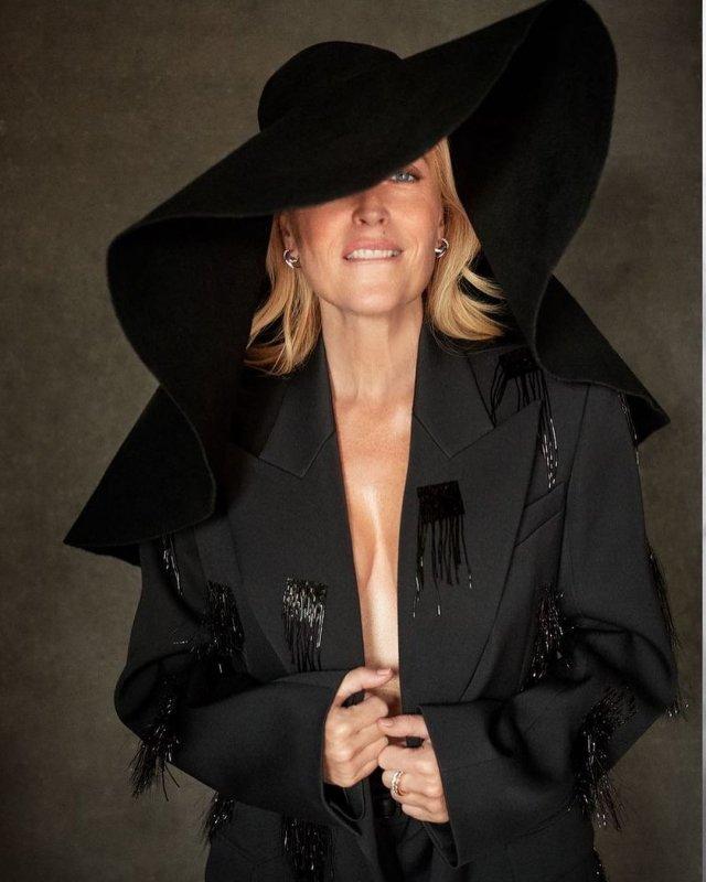 """Джиллиан Андерсон, звезда сериала """"Секретные материалы"""" в черном пиджаке и шляпе с полями"""
