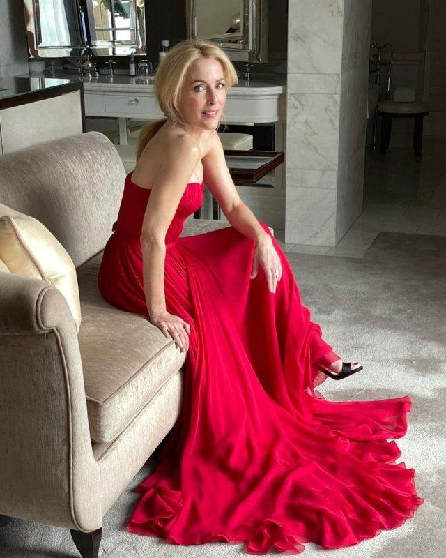 """Джиллиан Андерсон, звезда сериала """"Секретные материалы"""" в красном платье"""