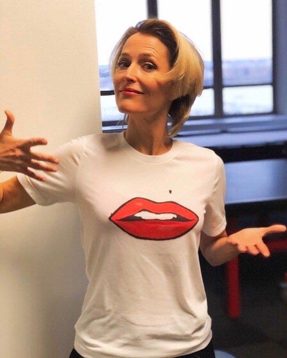 """Джиллиан Андерсон, звезда сериала """"Секретные материалы"""" в белой футболке"""