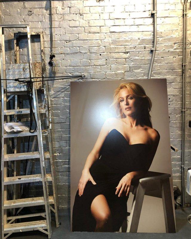 """Джиллиан Андерсон, звезда сериала """"Секретные материалы"""" в черном платье с открытой спиной"""