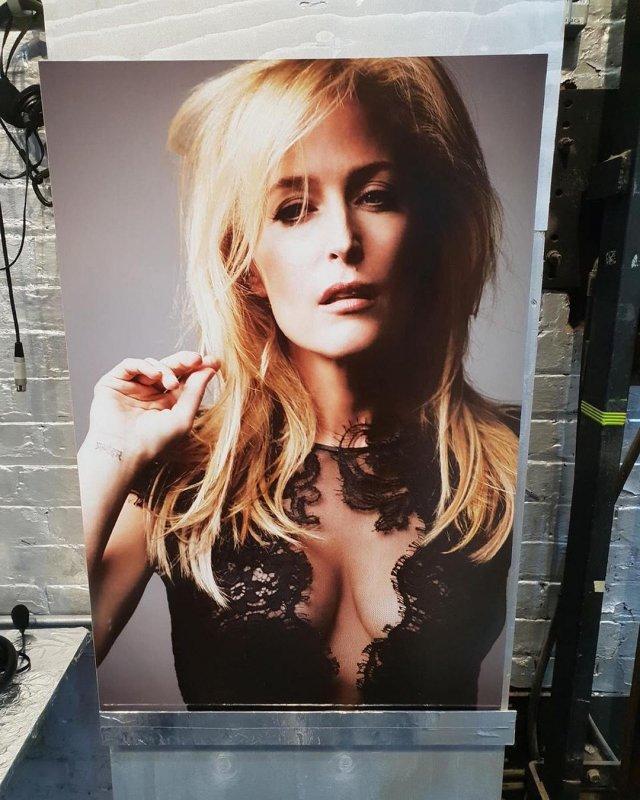 """Джиллиан Андерсон, звезда сериала """"Секретные материалы"""" в черном платье с вырезом"""