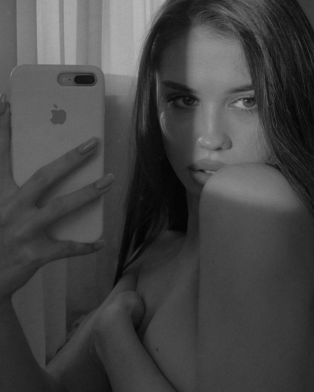 """Алина Пилипец (Valerie Barbutsa) девушка, которая обнажилась на станции метро """"Котельники"""" в Москве делает селфи голая"""