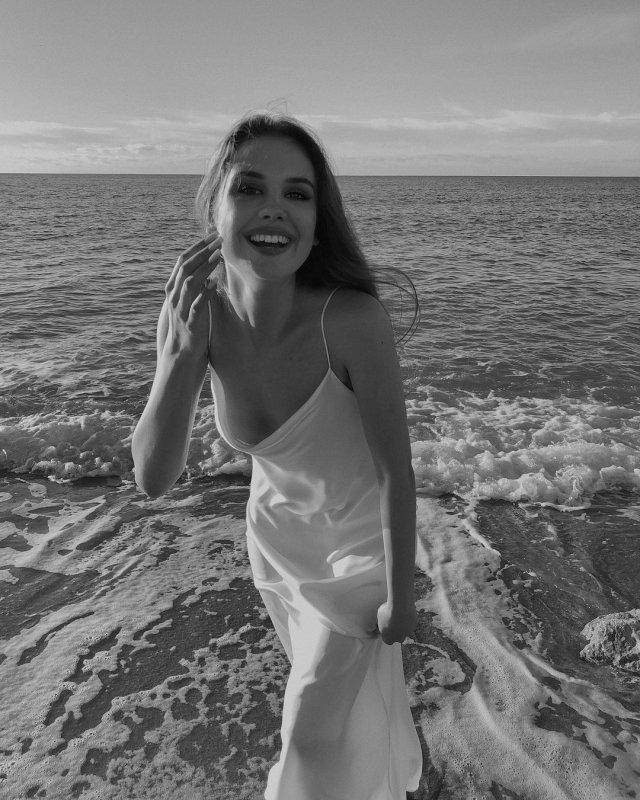 """Алина Пилипец (Valerie Barbutsa) девушка, которая обнажилась на станции метро """"Котельники"""" в Москве в белом платье на море"""