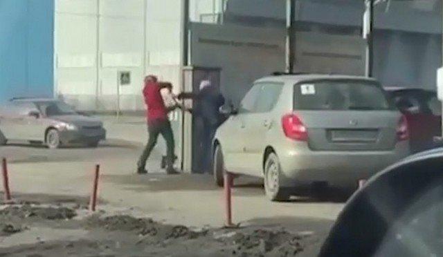 Неравная битва за шланг между молодым поколением и опытным мужчиной в Санкт-Петербурге