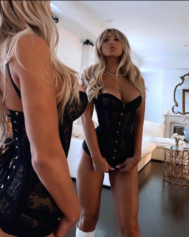 Стефани Гурзански - бывшая девушка миллионера Стивена Клобека в черном корсете