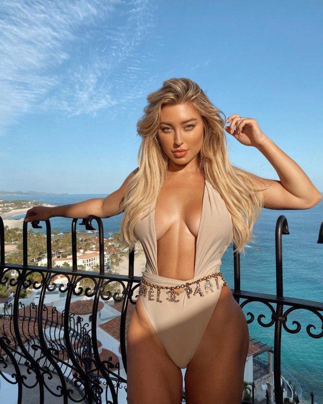 Стефани Гурзански - бывшая девушка миллионера Стивена Клобека в бежевом купальнике
