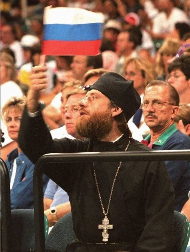 Православный священник болеет за женскую сборную России