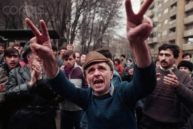 Люди празднуют смерть Николае и Елены Чаушеску. Бухарест. Румыния. 1989 год.