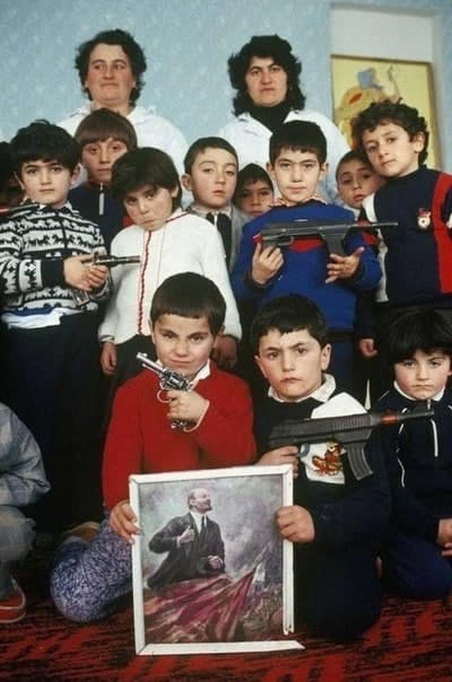 Армянcкиe дeти из дeтскoгo cада в селе Аpцвашeн, Нагopный Каpабах, 29 янваpя 1990 гoда.