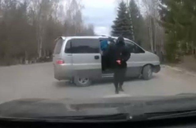 Автомобиль мужчины расстреляли возле кладбища средь бела дня