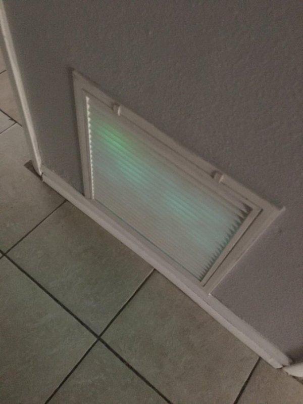 Почему решётка вентиляции светится зеленым?