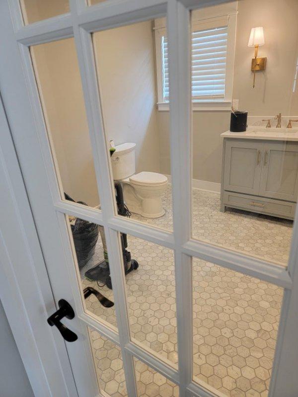 Прозрачная дверь для туалета — лучшее дизайнерское решение