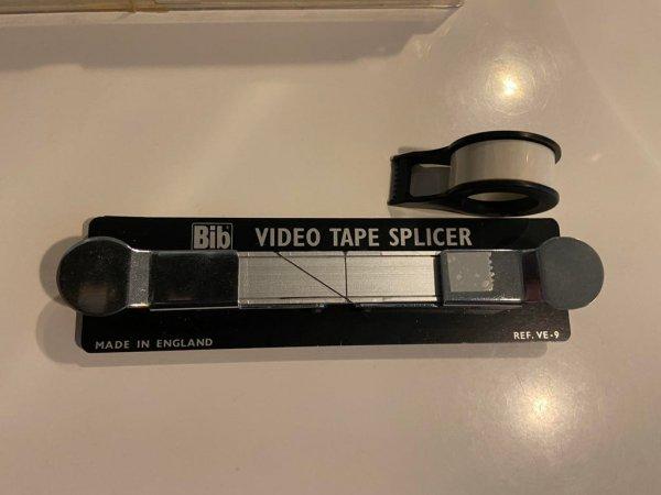 Прибор для склеивания порванных кассет VHS