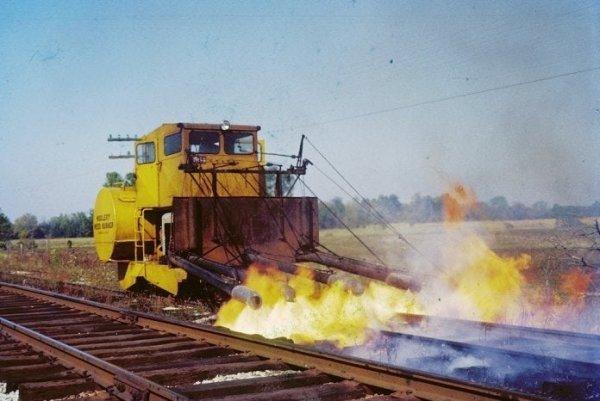 Поезд с огнемётами, который выжигает траву на железной дороге