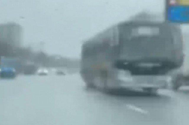 Водитель снял ролик, как едет по встречной полосе в Москве