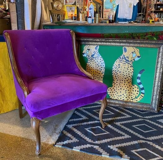 Антикварное бархатное кресло