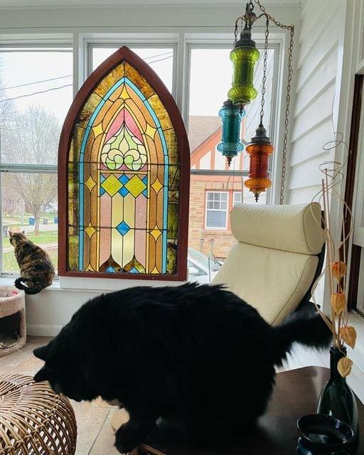 Это окно было спасено из церкви и куплено в 1972 году в магазине
