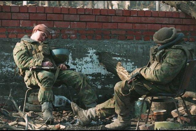 Российские солдаты отдыхают в Грозном, 9 февраля 1995 г.