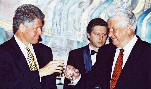 Билл Клинтон и Борис Ельцин выпивают по случаю 50-летия Победы
