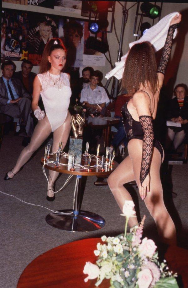 Девушки разогревают публику перед вручением втором ежегодной премии «Овация».