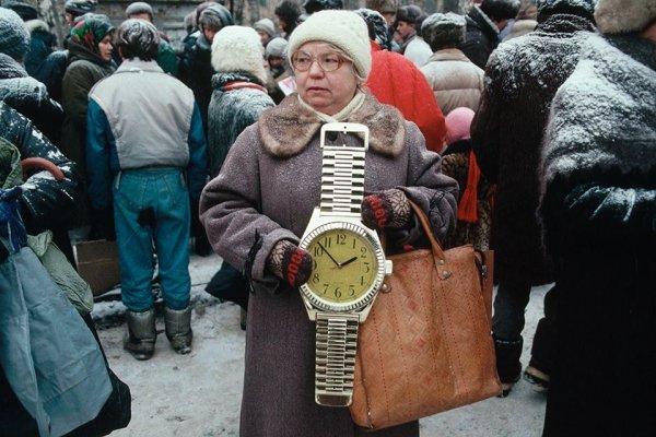 Женщина торгует на улице настенными часами в виде наручных, Россия, начало 1990-х.