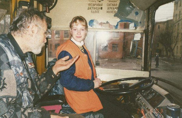 Девушка сдает на категорию Tb (троллейбус). Россия, 1999 год.
