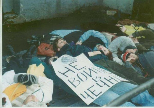 Лежачий протест против войны в Чечне у здания Минобороны. Москва, 23 февраля 1995 год.