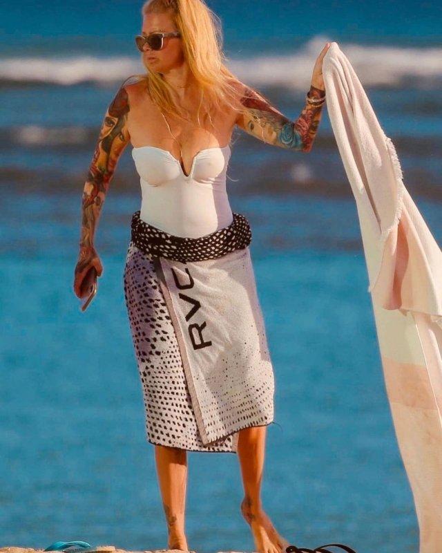 """Королева порно"" Дженна Джеймсон на пляже в купальнике"