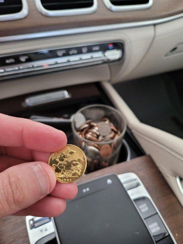 Во время мойки машины нашёл золотой соверен 1927 года, который мог стоить более 500 долларов.